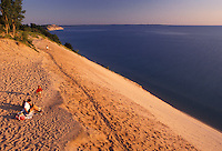 AJ2797, Sleeping Bear Dunes, sand dune, Michigan, Lake Michigan, People sitting on the edge of a steep sand dune (a perched dune) along Lake Michigan at Sleeping Bear Dunes National Lakeshore in the state of Michigan.