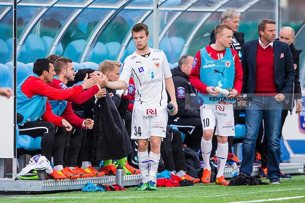V&auml;llingby 2014-03-30 Fotboll Allsvenskan IF Brommapojkarna - Kalmar FF :  <br />  Kalmars M&aring;ns S&ouml;derqvist tackas av lagkamrater efter att ha blivit utbytt i den andra halvleken<br /> (Foto: Kenta J&ouml;nsson) Nyckelord:  BP Brommapojkarna Grimsta Kalmar KFF jubel gl&auml;dje lycka glad happy