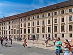 Praga, stolica Czech. 2013-07-23. Kompleks zamku królewskiego na Hradczanach. Dziedziniec Nowego pałacu królewskiego.
