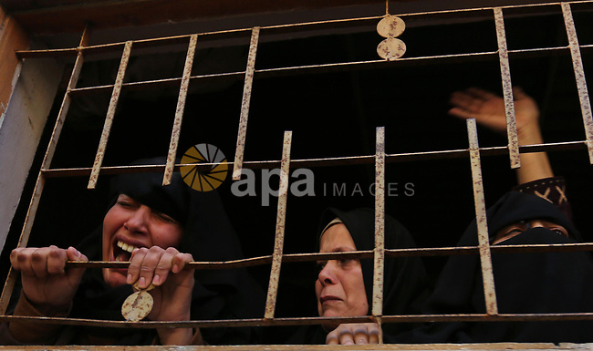 Relatives of Palestinian, Ehab Abed, 25, who was shot dead by Israeli troops during clashes on Israel-Gaza border, mourn during his funeral in Rafah in the southern of Gaza Strip on January 26, 2019. Photo by Ashraf Amra