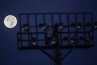 Postales al amanecer en la capital Sonorense, captadas desde el poniente de la ciudad durante una mañanana de luna llena ****<br /> The Moon is the only natural satellite of Earth. With an equatorial diameter km1 3474 is the solar system's largest satellite fifth, while as compared to the proportional size of its planet is the largest satellite: one quarter the diameter of Earth and 1/81 its mass.<br /> Una de las primeras lunas llenas del año 2013 se pudo apreciar hoy  antes del anocecer sobre el cielo al  oriente de la ciudad de Hermosillo, Sonora.<br /> La Luna es el único satélite natural de la Tierra. Con un diámetro ecuatorial de 3474 km1 es el quinto satélite más grande del Sistema Solar, mientras que en cuanto al tamaño proporcional respecto de su planeta es el satélite más grande: un cuarto del diámetro de la Tierra y 1/81 de su masa. **  Foto© : LuisGutierrez **