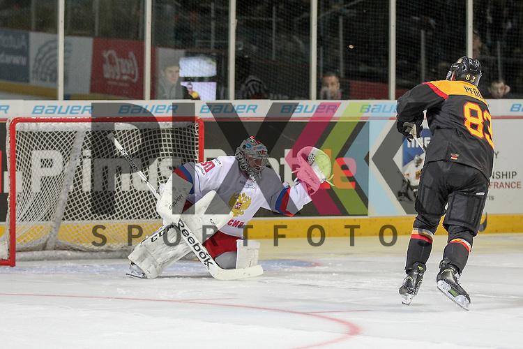 Deutschlands Pfoederl, Leonhard (Nr.83)(Thomas Sabo Ice Tigers) verschossener Penalty gegen Russlands Sharychenkov Alexander Mikhaylovich (Nr.83)(Dynamo Moscow) im Spiel IIHF WC15 Germany - Russia.<br /> <br /> Foto &copy; P-I-X.org *** Foto ist honorarpflichtig! *** Auf Anfrage in hoeherer Qualitaet/Aufloesung. Belegexemplar erbeten. Veroeffentlichung ausschliesslich fuer journalistisch-publizistische Zwecke. For editorial use only.