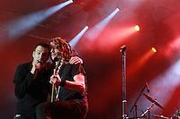 """WIZO aus Sindelfingen ist zurück: die Punkrockband der 90er geht wieder auf Tour. .Am 3. September 2010 spielten die vier Jungs auf dem """"Spirit from the Street"""" Festival (2-4. September 2010). Das Musikfestival steht für Punkrock, Punk, Rock und Streetpunk. .Um die 6000 Punker und Rocker tobten sich ein Wochenende lang auf dem Flugplatz Ballenstedt, Sachsen-Anhalt zu weiteren Highlights wie Dritte Wahl, Slime, Skarfac, Perkele aus. Zum bereits vierten Mal spielten über 40 bekannte und unbekannte Bands auf zwei verschiedenen Bühnen..Auf dem Bild: Frontsänger Axel Kurth mit Bassist Ralf Dietel von WIZO..Foto: Karoline Maria Keybe, 015777729355, Ernestistraße 12, 04277 Leipzig, Deutsche Bank, Konto-Nr. 1272228, BLZ 86070024"""