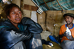 MADAGASCAR Antananarivo, homeless people / MADAGASKAR Antananarivo, obdachlose Familie, JEAN PIERRE RAKOTONIRINAund Frau BERNADETTE RAMALALASOA