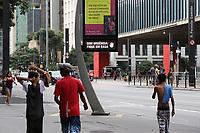 SÃO PAULO, SP, 20.03.2020 - COVID-19-SP - Letreiro digital informa a população sobre cuidados para evitar a propagação do novo Coronavírus (COVID-19), na Avenida Paulista, em São Paulo, nesta sexta-feira, 20. (Foto Charles Sholl/Brazil Photo Press)