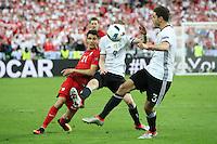 Andre Schürrle und Jonas Hector (D) gegen Bartosz Kapustka (POL) - EM 2016: Deutschland vs. Polen, Gruppe C, 2. Spieltag, Stade de France, Saint Denis, Paris