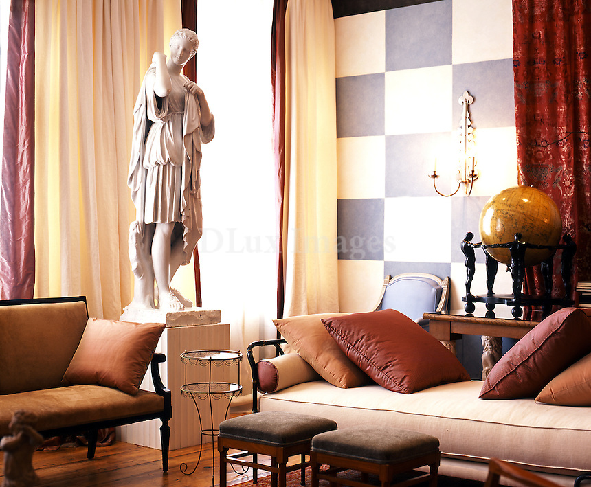 The apartment of architect Robert Couturier is  in the Soho area of Manhattan incorporates a rare sense of aesthetics, combining contemporary art with ancient statues, in a fascinating journey through the ages. The presentation and placement of each object in the house is of key importance.  The first impression one gets when entering the apartment is museum-like; that this space has been created for people to admire not live in.