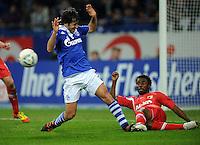 FUSSBALL   1. BUNDESLIGA   SAISON 2011/2012    15. SPIELTAG FC Schalke 04 - FC Augsburg            04.12.2011 RAUL (li, Schalke) gegen Andrew SINKALA (re, Augsburg)