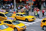 Transporte em taxi em Times Square. New York. Estados Unidos. 2009. Foto de Ricardo Azoury.