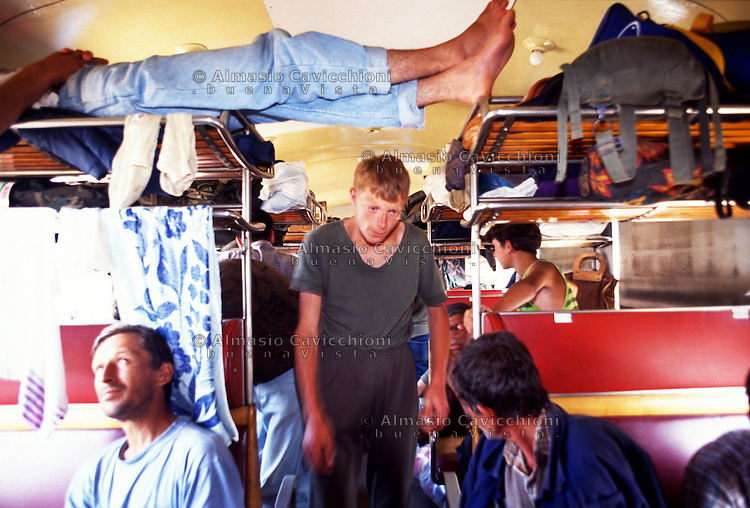 Luglio 1992, Croazia, Treno di profughi dalla Bosnia in fuga dalla pulizia etnica dei Serbi bloccati nella stazione di Zapre&scaron;ić.<br /> July 1992 Croatia, Train of refugees from Bosnia fleeing ethnic cleansing of Serbs stuck in the Zapre&scaron;ić station.