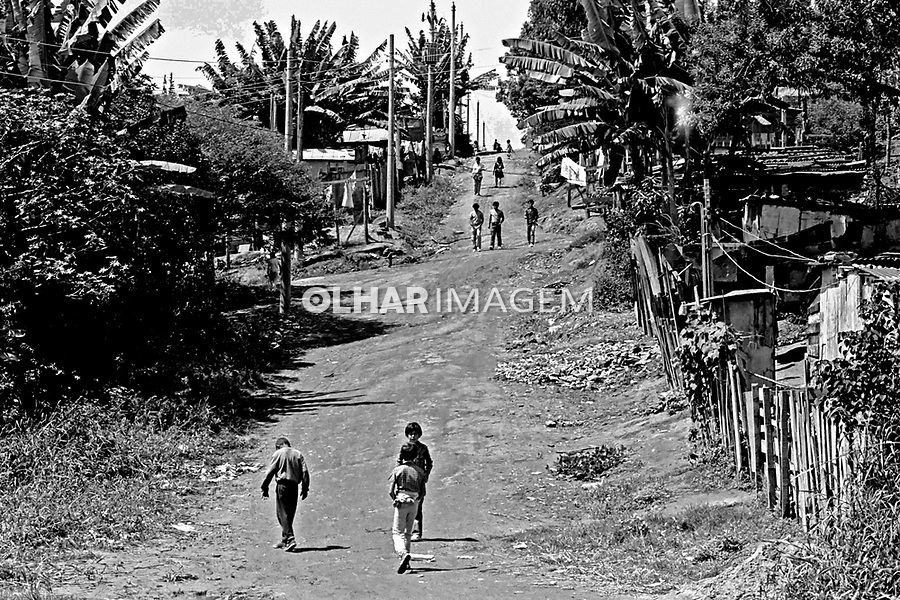 Rua de terra na favela de Paraisópolis, Morumbi. São Paulo. 1978. Foto de Juca Martins.