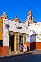 Street scene with Templo de San Francisco in background, San Miguel de Allende, Mexico