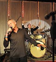 """EAGLES GOLF CHARITY ABENDGALA IM PENTA HOTEL LEIPZIG mit zahlreichen Promis - im Bild: Gala - Dirk Michaelis spielt mit Jan Josef Liefers (Schlagzeug) den U2 Klassiker """"haven't found"""" - versteigert wird eine Rolle im  Tatort . Foto: Norman Rembarz..Norman Rembarz , Autorennummer 41043728 , Holbeinstr. 14, 04229 Leipzig, Tel.: 01794887569, Hypovereinsbank: BLZ: 86020086, KN: 357889472, St.Nr.: 231/261/06432 - Jegliche kommerzielle Nutzung ist honorar- und mehrwertsteuerpflichtig! Persönlichkeitsrechte sind zu wahren. Es wird keine Haftung übernommen bei Verletzung von Rechten Dritter. Autoren-Nennung gem. §13 UrhGes. wird verlangt. Weitergabe an Dritte nur nach  vorheriger Absprache.."""