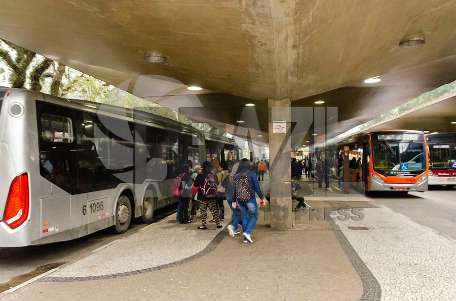 SÃO PAULO, SP, 05.09.2019 - PROTESTO-SP - Fila de ônibus no Terminal Vila Mariana na região sul da cidade de São Paulo nesta quinta-feira, 05. Motoristas de ônibus da cidade de São Paulo bloquearam ao menos 23 dos 31 terminais de ônibus na tarde desta quinta-feira (5) em protesto contra a redução da frota com a nova licitação do sistema de transporte coletivo. Eles também reivindicam o pagamento de Participação nos Lucros e Resultados (PLR) e garantia de postos de trabalho. (Foto: Anderson Lira/Brazil Photo Press)