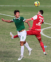 CALI - COLOMBIA -17 -08-2014: Sergio Herrera (Izq.) jugador de Deportivo Cali disputa el balón con Jose de la Cuesta (Der.) jugador de Independiente Santa Fe, durante partido Deportivo Cali e Independiente Santa Fe, fecha 5 de la Liga Postobon II-2014, jugado en el estadio Pascual Guerrero de la ciudad de Cali. / Sergio Herrera (L) player of Deportivo Cali vies for the ball with Jose de la Cuesta (R) player of Independiente Santa Fe, during a match Deportivo Cali  and Independiente Santa Fe, for the date 5 of the Liga Postobon II-2014 at the Pascual Guerrero stadium in Cali city. Photo: VizzorImage  / Juan C Quintero / Str.