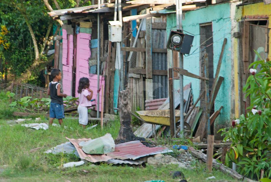 Dorpje aan de Caribische kust, kleurrijk en arm