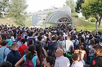 Universita gli studenti si sottopongono Test di ammisione alla facolta di Medicina<br /> nella foto la Fila per l 'ingressoall Universita Federico II