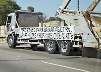 SAO PAULO, SP - 07.08.2015 - PROTESTO-SP - Caminhoneiros realizam manifestação na Marginal Tiête, na altura da Ponte da Bandeira, região central de São Paulo nesta sexta-feira, 07. (Foto: Eduardo Carmim/Brazil Photo Press)