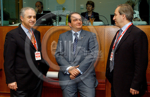 Brussels-Belgium - 22 March 2005--- EU-Summit hosted by the Presidency of Luxembourg: the delegation from Greece with Costa KARAMANLIS (ce), Prime Minister, Petros MOLYVIATIS (le), Minister for Foreign Affairs, and Giorgos ALOGOSKOUFIS (ri), Minister for Finance and Economic Affairs---Photo: Horst Wagner/eup-images