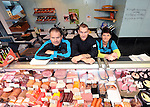 2015-10-23 / Voetbal / Seizoen 2015-2016 / Dessel Sport / Kurt Remen tussen zijn ouders in hun Geelse beenhouwerij.<br /><br />Foto: Mpics.be