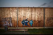 BERLIN, NIEMCY, 11/2008:.Graffitti na scianie autostrady..Dwie dzielnice Berlina; Rudow, znajdujace sie w bylym Berlinie Zachodnim, oraz Treptow, po wschodniej stronie, byly przez lata rozdzielone murem berlinskim. Gdy mur runal, zostaly on z powrotem zjednoczone az do momentU, gdy miedzy nimi wyrosla nowa bariera - autostrada zbudowana wzdluz pasa ziemi niczyjej na ktorej stal mur.  .Fot: Piotr Malecki / Napo Images..Graffitti on the wall of motorway in Rudow..Two Berlin neighbourhoods; Rudow, on the western side and Treptow in the East, used to be divided by the infamous Berlin Wall until 1989. Now they both are a part of the same Germany, although quite recently they have been divided again, by a new motorway built along the no-man's land of the wall. .Berlin - Treptow, October 2009.(Photo by Piotr Malecki / Napo Images)