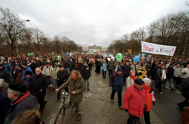 Demonstration gegen Irak-Krieg in Berlin<br /> Mehr als 500.000 Menschen (inoffizielle Polizeiangaben sprechen von fast 1 Million) demonstierten am Samstag den 15. Februar 2003  unter dem Motto &quot;NEIN zum Krieg gegen Irak - NO war on Iraq!&quot; gegen einen drohenden Krieg gegen den Irak.<br /> In zwei Demonstrationszuegen zogen die Demonstranten zum Siegessaeule im Bezirk Tiergarten.<br /> 15.2.2003, Berlin<br /> Copyright: Christian-Ditsch.de<br /> [Inhaltsveraendernde Manipulation des Fotos nur nach ausdruecklicher Genehmigung des Fotografen. Vereinbarungen ueber Abtretung von Persoenlichkeitsrechten/Model Release der abgebildeten Person/Personen liegen nicht vor. NO MODEL RELEASE! Nur fuer Redaktionelle Zwecke. Don't publish without copyright Christian-Ditsch.de, Veroeffentlichung nur mit Fotografennennung, sowie gegen Honorar, MwSt. und Beleg. Konto: I N G - D i B a, IBAN DE58500105175400192269, BIC INGDDEFFXXX, Kontakt: post@christian-ditsch.de<br /> Bei der Bearbeitung der Dateiinformationen darf die Urheberkennzeichnung in den EXIF- und  IPTC-Daten nicht entfernt werden, diese sind in digitalen Medien nach &sect;95c UrhG rechtlich geschuetzt. Der Urhebervermerk wird gemaess &sect;13 UrhG verlangt.]