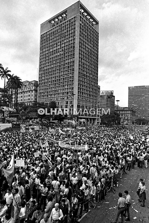 Comício da campanha por eleições Diretas Já. Vale do Anhangabau. SP. 1984. Foto de Juca Martins.