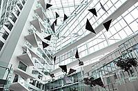 Nederland - Amsterdam - 24 maart 2018. Open Toren Dag. The Edge op de Zuidas. Het kantoor is één van de duurzaamste kantoren ter wereld. The Edge is energieneutraal en zit vol met technologische snufjes. Het 40.000 vierkante meter grote gebouw heeft een zeer hoge rating voor duurzaamheid ooit gekregen - 98,36 procent - van de Building Research Establishment (BRE). In The Edge wordt onder andere regenwater opgevangen en gerecycled, thermale energie opgewekt en zijn muren zwaar geïsoleerd. Daarnaast is de hele zuidelijke gevel van het pand voorzien van zonnepanelen, is er een ecologische corridor gemaakt voor vleermuizen en broedvogels, en wordt de parkeergelegenheid na kantooruren opengesteld voor het publiek.  Foto Berlinda van Dam / Hollandse Hoogte.