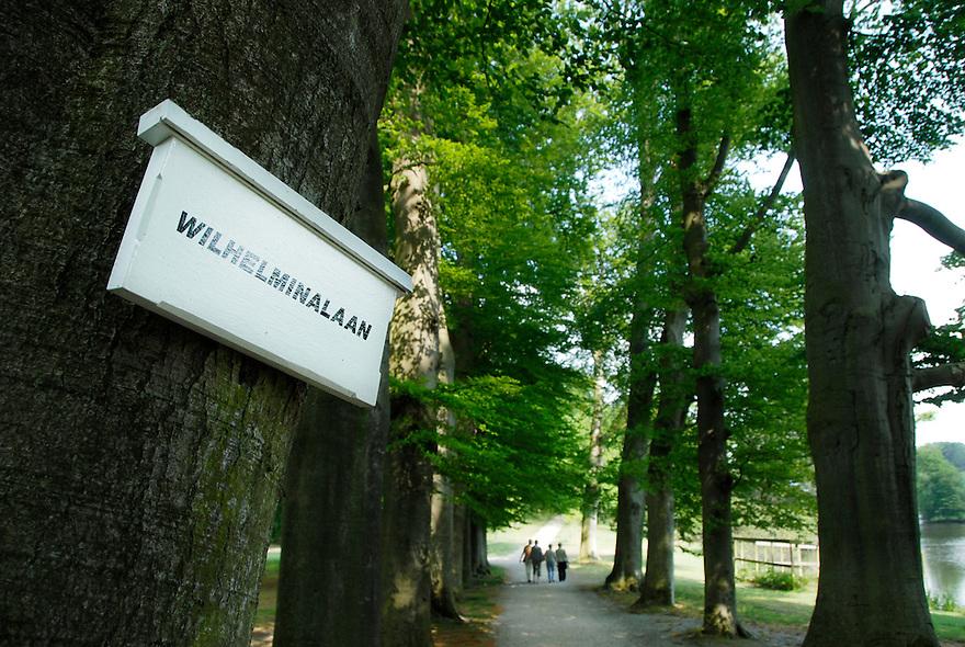 Soestdijkt, 13  mei  2008.paleis soestdijk.de paden hebben de namen van de koninklijke familie, julianalaantje, wilhelminalaan, bernhardlaan, alexanderlaan en beatrixlaan..Foto: (c) Renee Teunis