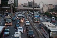 SÃO PAULO-SP-25,08,2014-TRÂNSITO/MARGINAL PINHEIROS- O motorista segue com trânsito lento na Marginal Pinheiros (altura da ponte Eusébio Matoso) sentido Osasco.Região Oeste da Cidade de São Paulo,na tarde dessa segunda-feira,25(Foto:Kevin David/Brazil Photo Press)