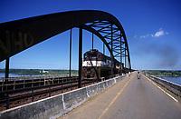 Trem da Cia Vale do Rio Doce atravessa a ponte rodoferroviária sobre o rio Tocantins.<br /> Marabá, Pará, Brasil