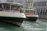 - Venice, public transport boats stop....- Venezia, approdo vaporetti per il trasporto pubblico