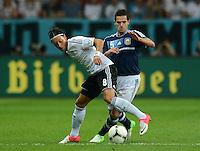 FUSSBALL Nationalmannschaft Freundschaftsspiel:  Deutschland - Argentinien             15.08.2012 Mesut Oezil (li, Deutschland) gegen Fernando Gago (Argentinien)
