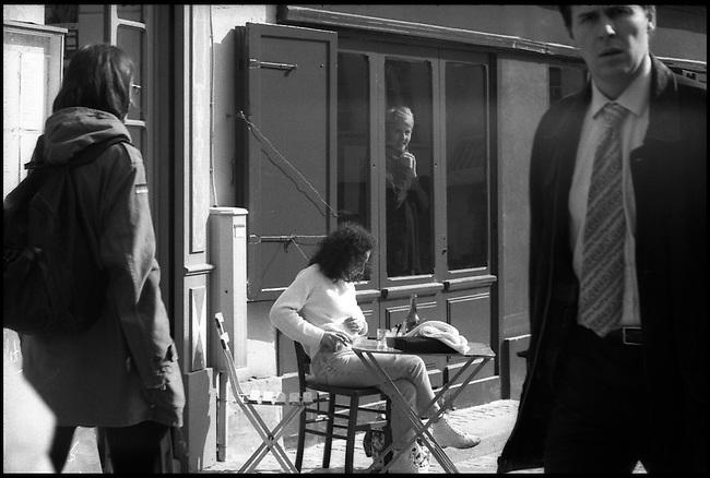 Agathe Gaillard dans sa galerie éponyme. Paris, 75004. Mars, 2002.