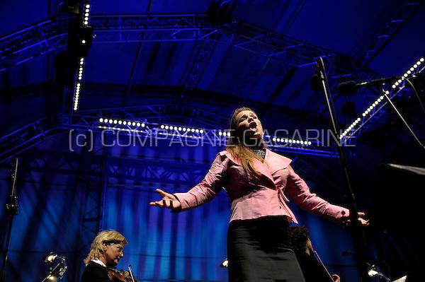 "Soprano Annemarie Kremer singing with DeFilharmonie symphonic orchestra on the St-Jansplein in Antwerp during the ""Klassiek in de Stad"" open air concert (Belgium, 07/09/2008)"