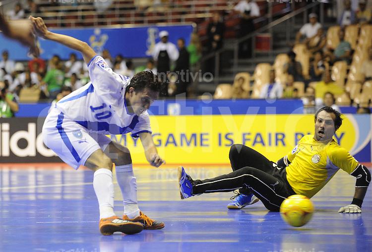 Fussball  International  FIFA  FUTSAL WM 2008   01.10.2008 Vorrunde Gruppe C Guatemala - Aegypten Guatemala - Egypt Erick Aceveo (li, GUA) trifft zum 1-0 gegen Torwart Hema (EGY)