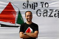 LA NAVE ESTELLE DEL MOVIMENTO FREEDOM FLOTILLA FA TAPPA NEL PORTO DI NAPOLI , PRIMA DI SALPARE PER GAZA NEL TENTATIVO DI ROMPERE L'EMBARGO ISRAELIANO E CONSEGNARE DONI E AIUTI ALLA POPOLAZIONE PALESTINESE.NELLA FOTO STEFANO PELLECOLIA ITALIA ATTIVISTA.FOTO CIRO DE LUCA