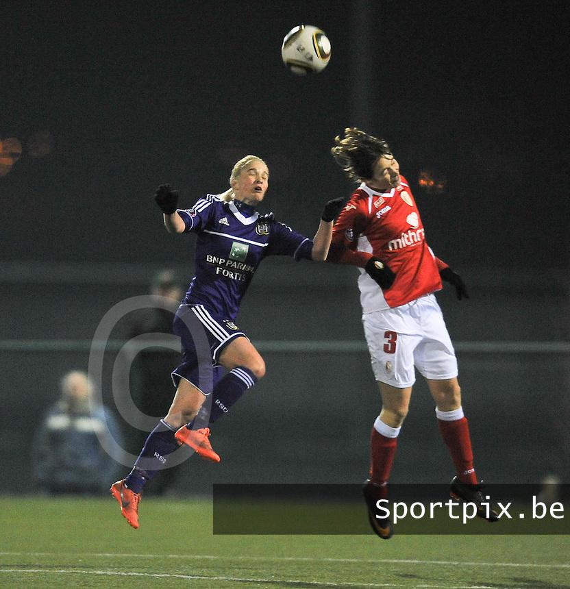 RSC Anderlecht - Standard Femina : kopduel tussen Stephanie Van Gils en Imke Courtois (rechts).foto DAVID CATRY / Vrouwenteam.be