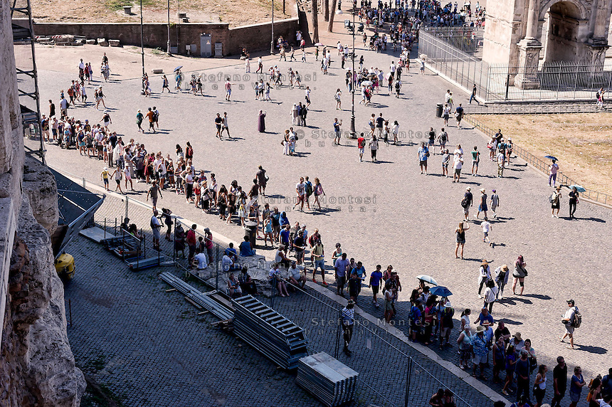 Roma 5 Agosto 2015<br /> Grande affluenza di visitatori italiani e stranieri al Colosseo,  sono circa  22000 le persone che ogni giorno dall'inizio della stagione turistica, hanno visitato l'antico anfiteatro e l'area archeologica centrale. Il monumento pi&ugrave; celebre della Capitale si conferma cos&igrave; tra i luoghi pi&ugrave; amati dai turisti italiani e stranieri. Il ministero dei Beni culturali a stanziato 18,5 milioni di euri per ricostruire  l&rsquo;arena del Colosseo come nell&rsquo;Ottocento. La fila dei turisti per entrare al Colosseo.<br /> Rome August 5, 2015<br /> Large influx of Italian and foreign visitors to the Colosseum, are about 22000 people every day from the beginning of the tourist season, they visited the ancient amphitheater and the archaeological center. The most famous monument of the capital is confirmed as one of the most loved by Italian and foreign tourists. The Ministry of Culture it allocated 18.5 million  euros to rebuild the arena of the Coliseum as in the nineteenth century. The ranks of tourists to enter the Colosseum.