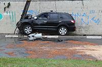 SAO PAULO, SP, 27-07-2014, ACIDENTE Z. LESTE. Na madrugada desse domingo (27) Um veiculo  bateu contra um poste na  Av. Conde de  Frontin, proximo ao Vd. Eng.  Alberto Badra na Vila Carrão, com o impacto o transformador também caiu do poste. O motorista sofreu ferimentos leves e foi socorrido, a via está interditada. Luiz Guarnieri/ Brazil Photo Press.