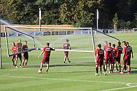 Spieler stellen das Tor auf - Eintracht Frankfurt Training, Commerzbank Arena