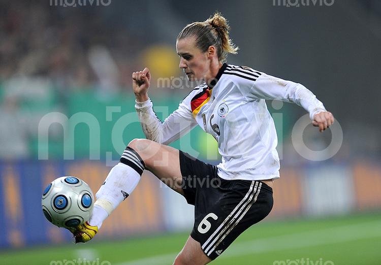 Fussball Laenderspiel :  Saison   2009/2010   29.10..2009 Frauen Nationalmannschaft , Deutschland , GER - USA Simone Laudehr (GER)