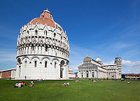 Italy, Tuscany, Pisa: The Pisa Baptistry of St. John, Duomo and Leaning Tower | Italien, Toskana, Pisa: Das Baptisterium (Battistero di Pisa), die Taufkirche des Doms, der Dom und der Schiefe Turm von Pisa