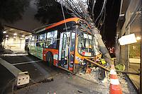 SÃO PAULO, SP, 02/08/2012, ACID ONIBUS MAL SUBITO. O motorista de um onibus teve um mal subito, logo após sair do terminal Metro Santa Cruz e colidiu o coletivo contra um poste na Rua Loefreeng. Um transformador da rede primaria de 15 mil volts estava sobre o onibus, toda area foi isolada pois havia risco de explosão. Luiz Guarnieri/ Brazil Photo Press