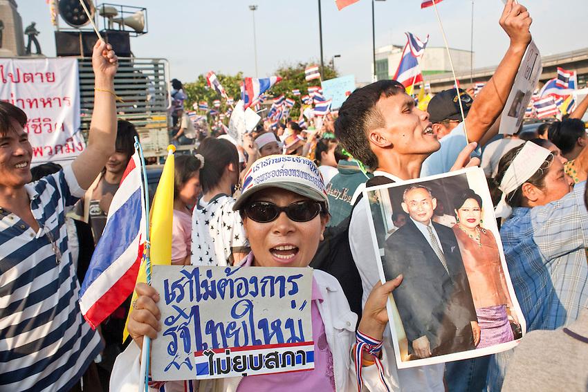 Des manifestants pro-gouvernementaux portent l'image du roi Bumibhol sur la place de la Victoire pendant une manifestation Chemises jaunes contre la r&eacute;volte des Chemises rouges qui occupent Bangkok en ce mois d'avril 2010. L'image intouchable du roi est instrumentalis&eacute;e de part et d'autre, les chemises jaunes accusant les rouges de mettre en p&eacute;ril la monarchie.<br /> <br /> <br /> Eng: <br /> Yellow shirts militants are showing picture of the king Bumibhol and the queen. The yelow flag and the king picture were the symbols used by government supporters to protest against the &quot;red terrorists&quot;.