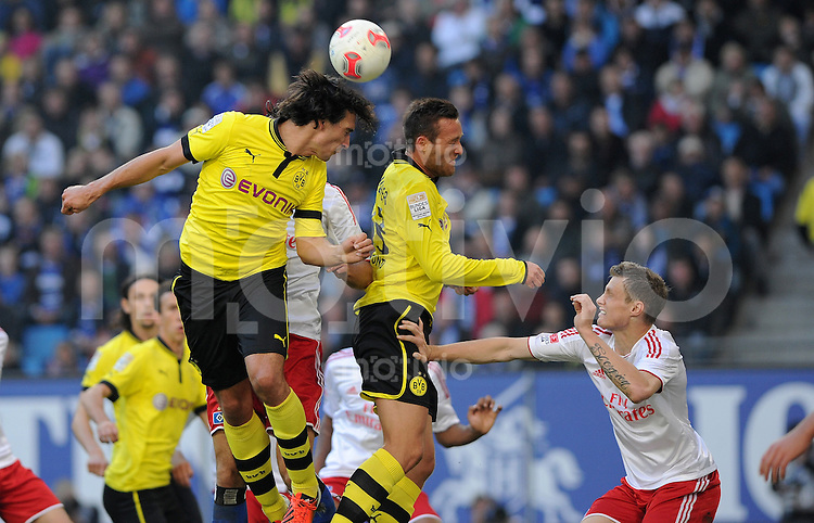 FUSSBALL   1. BUNDESLIGA   SAISON 2012/2013   4. SPIELTAG Hamburger SV - Borussia Dortmund               22.09.2012         Mats Hummels (li) und Julian Schieber (Mitte, beide Borussia Dortmund) gegen Marcell Jansen (re, Hamburger SV)