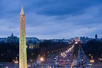 Europe/France/Ile-de-France/75008/Paris: Les Champs Elysées et l' Arc de Triomphe, au premier plan l' Obélisque de Louqsor