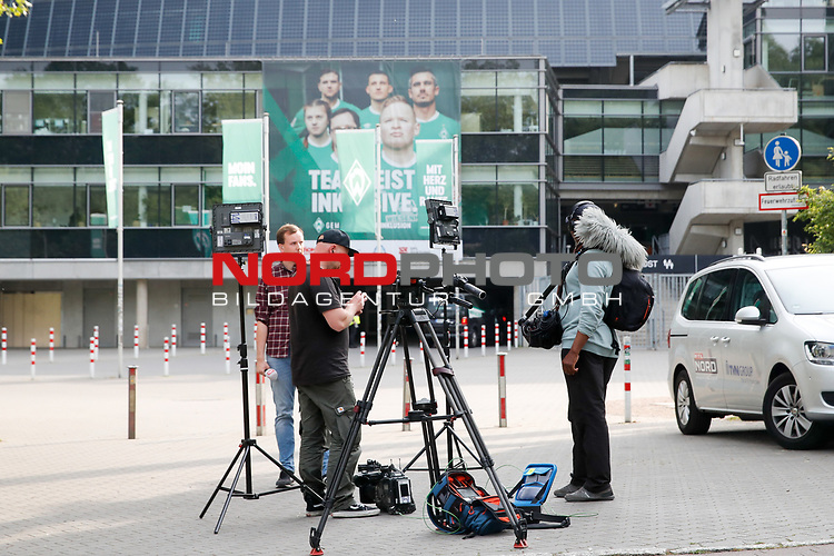 nphgm001: Impressionen rund um das erste  Geisterspiel in der Geschichte des 1. Werder Bremen am Montagabend<br /> <br /> im Bild: Ein Fernseh Team wartet vor dem Stadion.<br /> <br /> Sport: Fussball: 1. Bundesliga: Saison 19/20: <br /> Werder Bremen vs Bayer04 Leverkusen 18.05.2020<br /> <br /> Nur für journalistische Zwecke! Only for editorial use!<br /> <br /> DFL regulations prohibit any use of photographs as image sequences and/or quasi-video.<br /> <br /> Foto ©   nordphoto / gumzmedia / Stoever