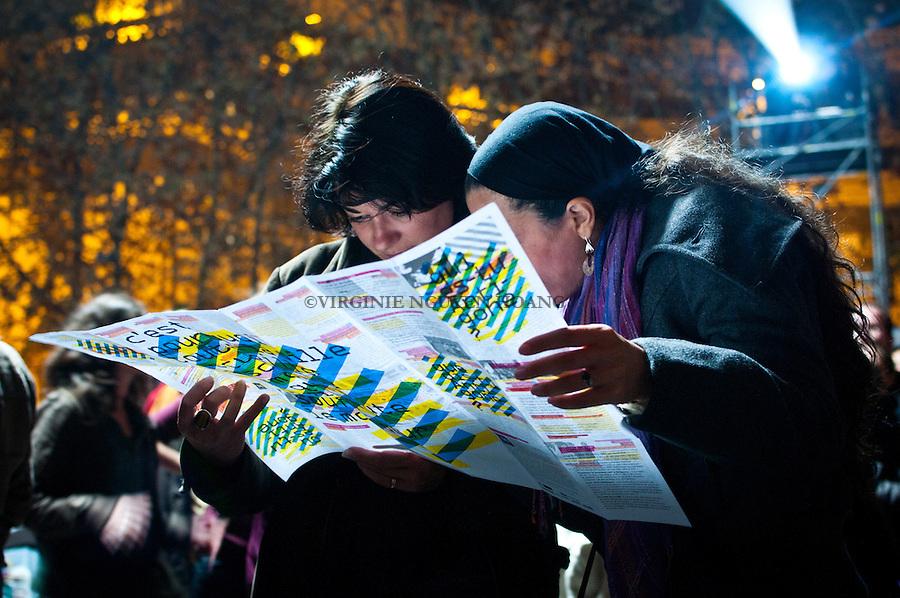 Deux femmes lisent le programme du festival ZAT..Two women are reading the program of the festival ZAT