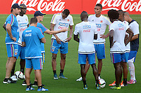 BARRANQUILLA - COLOMBIA - 06-10-2015: Jose Pekerman técnico de la seleccion Colombia de futbol dialoga con los jugadores durante el segundo día de entrenamiento en el Polideportivo de la Universidad Autonoma del Caribe antes de su encuentro contra  la seleccion del Perú por la calsificación a la Copa Mundial de la FIFA Rusia 2018.  / Jose Pekerman coach of the Soccer Colombia Team talks with the players during the first day of training at Polideportivo of the Universidad Autonoma del  Caribe before match against of Peru Soccer team for the qualifying to 2018 FIFA World Cup Russia.<br /> Russia. Photo: VizzorImage / Alfonso Cervantes / Cont